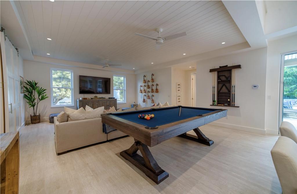 Makana Pool House Princeville pool table
